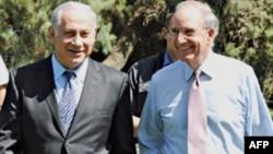 Ðặc sứ Hoa Kỳ về vấn đề Trung Ðông George Mitchell (phải) và Thủ tướng Israel Benyamin Netanyahu trò chuyện trước cuộc họp ở Caesarea, ngày 29/9/2010