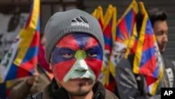 印度達蘭薩拉一名流亡藏人為紀念西藏暴動58週年紀念日將臉塗成西藏獨立旗子的顏色。 (2017年3月10日)