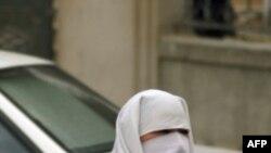 Sarkozy'den Kamuya Ait Yerlerde Çarşaf Giyilmesini Yasaklayacak Girişim