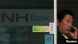 Seorang pria meninggalkan cabang Bank Koperasi Pertanian Nonghyup di Seoul (Foto: dok). Korea Selatan tengah menyelidiki serangan peretas yang melanda jaringan media dan lembaga-lembaga keuangan mereka, Rabu (20/3).