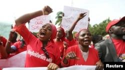 尼日利亚民众举行抗议要求释放被绑架的女学生(资料照片2014年5月13日)