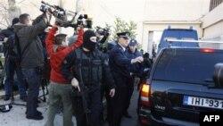 Grčka policija obezbeđuje kombi u kojem se nalaze osumnjičeni pripadnici anarhističke organizacije Vatreno zavereničko jezgro