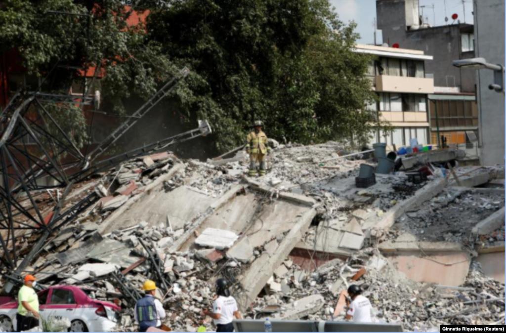 Equipas de resgate em acção depois do terramoto que atingiu o México no dia 19 de Setembro, 2017