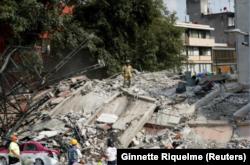 19일 멕시코 멕시코시티에서 7.1규모의 지진이 발생한 후, 붕괴된 건물에서 구조대가 생존자를 수색하고 있다.