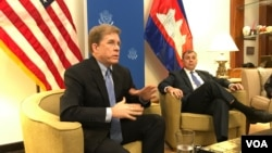 Patrick Murphy, deputy assistant secretary of state of Southeast Asia, speaks in a press briefing at the U.S. diplomatic residence, Phnom Penh, Cambodia, Wednesday, December 13, 2017. (Aun Chhengpor/VOA Khmer)