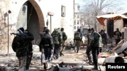 2月10日敘利亞阿薩德總統的支持者攜帶武器於街頭巡視。