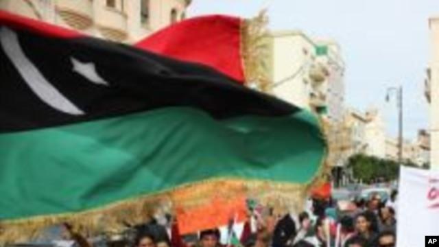 Wannan hoton 'yan Libya suke zanga zanga a Bengazi, kan shugabancin sabbin mahukuntan kasar.