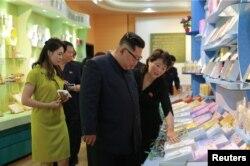 김정은 북한 국무위원장과 부인 리설주가 신의주에 있는 화장품 공장을 시찰하는 모습을 조선중앙통신이 지난 1일 공개했다.