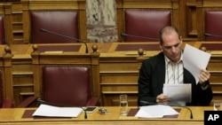 Bộ trưởng Tài chính Hy Lạp Yanis Varoufakis đọc tài liệu trong một phiên họp quốc hội ở Athens, 2/4/2015.