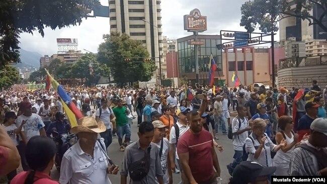Venezuela'nın başkenti Caracas'ta muhalefet bir kez daha sokağa çıktı