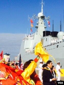 中国的济南号导弹驱逐舰在美国靠岸,当地华侨欢迎 (美国之音方冰拍摄,2015年11月3日)