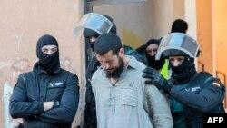 Petugas keamanan Spanyol menahan seorang anggota kelompok jihad Melilla, wilayah teritorial Afrika Utara di Spanyol (Foto: dok).