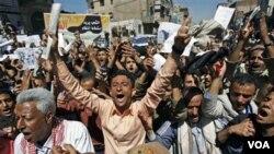 Para dosen dan mahasiswa di universitas-universitas Yaman melakukan unjuk rasa menuntut mundurnya Presiden Ali Abdullah Saleh dalam demo hari kelima di Sana'a (15/2).