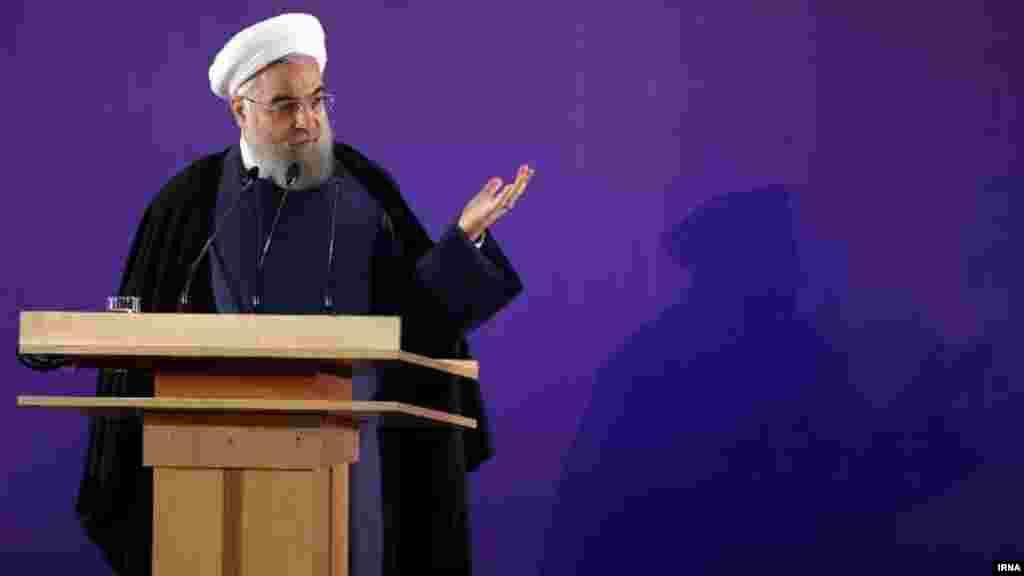 یک روز بعد از تایید ضمنی رد صلاحیت ها از سوی رهبر، اما حسن روحانی اعتراض کرد. او گفت مجلس خانه ملت است، نه یک جناح. وی افزود: اگر قرار است یک جناح در انتخابات حضور داشته باشد و یک جناح نه، دیگر به چه دلیل انتخابات برگزار میکنیم؟ عکس: مهدی قربانی، ایرنا