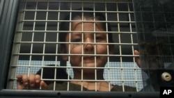 泰国南部宋卡府的一辆警车内的一名维吾尔男孩。(2014年3月15日资料照)