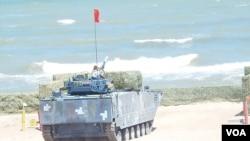 俄罗斯组织的2015年海军陆战队军事比赛活动举行期间中国军队的两栖登陆战车在里海岸边射击靶标。 (美国之音白桦拍摄)