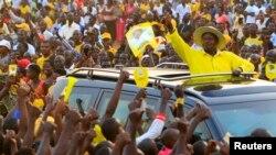 Rais Museveni akipokewa na wafuasi wake wakati wa kampeni.