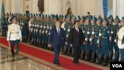 Presiden Kazakhstan Nursultan Nazarbayev menyambut Presiden Hu Jintao dalam upacara di Astana (13/6).