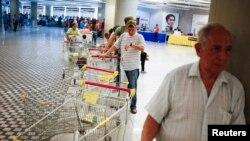 La inflación tiende a subir en Venezuela, a la par de la escasez de bienes de primera necesidad como puede verse en esta fila en un supermercado de Caracas.