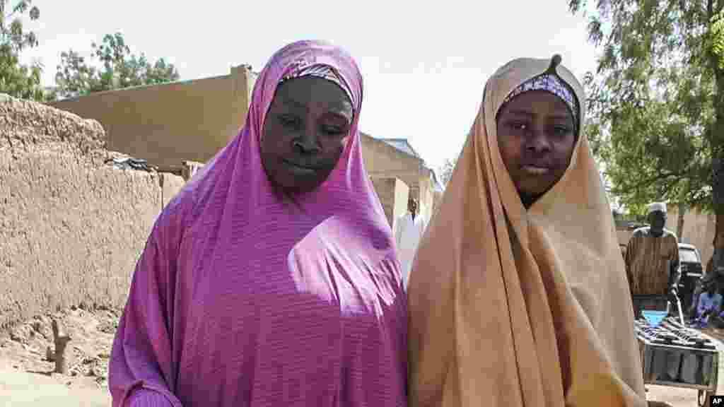 Une fille libérée par Boko Haram se promène avec sa mère à Dapchi, Nigeria, le 21 mars 2018