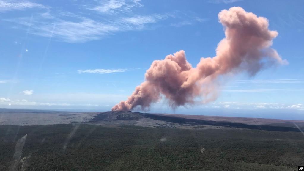 En esta foto provista por el Servicio Geológico de EE.UU., se ven cenizas rojas del volcán Kilauea en la Isla Grande tras un terremoto de magnitud 5 en el Parque Nacional de Volcanes en Hawái el jueves, 3 de mayo, de 2018.