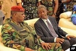 Le président intérimaire, le général Sékouba Konaté, et le Premier ministre de la transition, Jean-Marie Doré