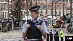 Cảnh sát Anh canh gác gần một cửa hàng bị cháy ở Clapham Junction, phía nam thủ đô London