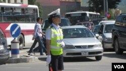 乌兰巴托市中心的女交通警察(美国之音白桦拍摄)