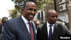 Lãnh đạo khối đa số ở quốc hội Kenya, Aden Duale, trái, rời khỏi Quốc hội ở thủ đô Nairobi, 18/12/2014.