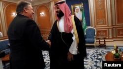 Le secrétaire d'État américain Mike Pompeo rencontre le prince héritier saoudien Mohammed ben Salman lors de sa visite à Riyad en Arabie Saoudite, le 16 octobre 2018.