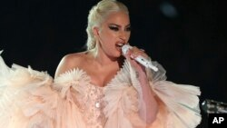 Lady Gaga tampil dalam Grammy Awards ke-60 di Madison Square Garden, New York hari Minggu (28/1).