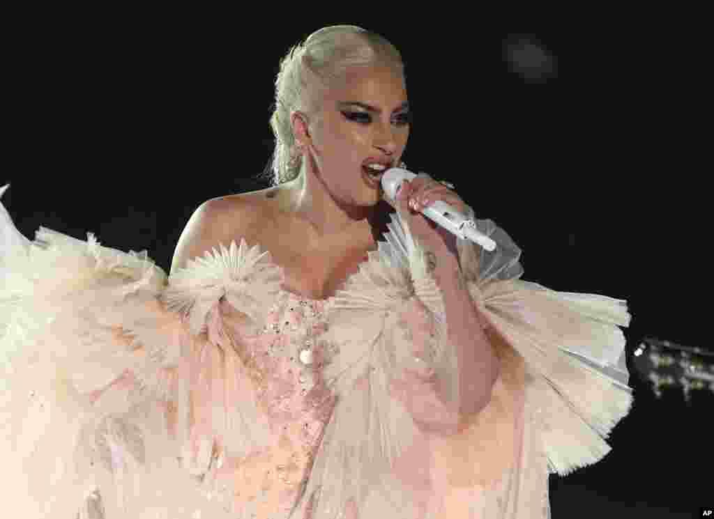 یکی از هنرمندانی که در مراسم گرمی امسال اجرای ویژه ای داشت، «لیدی گاگا» بود.