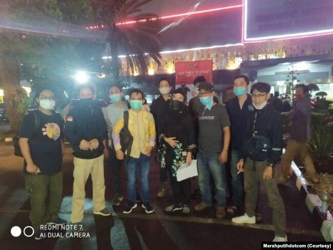 Tim bantuan hukum dari LBH Pers setelah pembebasan sejumlah jurnalis di Polda Metro Jaya pada Jumat, 9 Oktober 2020. (Foto: Merahputihdotcom)