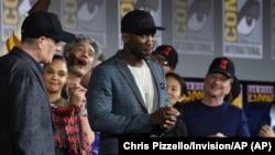 """Mahershala Ali (tengah) saat mempromosikan film barunya """"Blade"""" di acara panel Marvel Studios di ajang Comic-Con International 20 Juli 2019 di San Diego. (dok: Chris Pizzello/Invision/AP"""