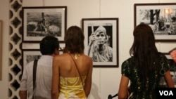 Visitors view exhibited photos portraying the livelihood of indigenous people in Ratanakiri province.