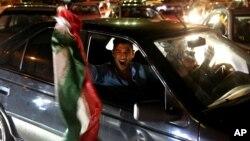 Sau khi thỏa thuận được công bố hôm thứ Năm, những lời reo hò vang lên tại Tehran, nơi mà hàng trăm người Iran kéo nhau ra ngoài đường, bấm còi xe và vẫy quốc kỳ.