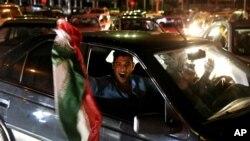 스위스 로잔에서 이란 핵 협상이 타결된 2일 이란 테흐란 북부 거리에서 이란 국민들이 환호하고 있다.