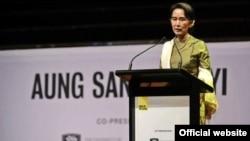 民主運動領袖昂山素姬星期三抵達悉尼對記者等講話