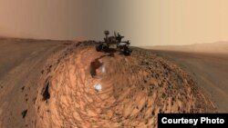 """ນີ້ແມ່ນຮູບພາບມູມຕ່ຳຖ່າຍເອງໂດຍຫຸ່ນຍົນ Curiosity ຂອງອົງການ NASA ຢູ່ເທິງເປົ້າໝາຍກ້ອນຫີນ """"Buckskin"""", ບ່ອນທີ່ພວກເຂົາເຈົ້າໄດ້ດຳເນີນພາລະກິດ ຂຸດເຈາະເອົາຕົວຢ່າງ ຄັ້ງທີ 7. (Credit: NASA)"""