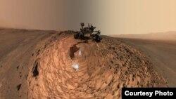 kendaraan rover NASA 'Curiosity' menjelajahi permukaan planet Mars (foto: NASA).