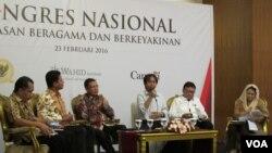 Dari kanan Yenny Wahid, Mendagri Tjahyo Kumolo, moderator ( tengah) Menteri Agama Lukman Hakim Syaifuddin, dan Imdadun Rahmat. Komnas HAM dan Wahid Institute merilis laporan pelanggaran kebebasan beragama di Indonesia, di Jakarta, Selasa (23/2).