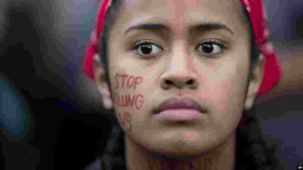 Lucy Siale proteste contre le racisme à Oakland, en Californie, le 12 août 2017.