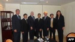 Từ trái: Thượng nghị sĩ Sheldon Whitehouse, Luật sư Nguyễn văn Đài, Thượng nghị sĩ John McCain, Bác sĩ Phạm Hồng Sơn, Thượng nghị sĩ Joseph Lieberman, Luật sư Lê Quốc Quân và Thượng nghị sĩ Kelly Ayote