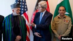 U.S. Secretary of State John Kerry (C) meets with Afghan President Hamid Karzai (L) and Pakistani Army Chief General Ashfaq Parvez Kayani in Brussels, April 24, 2013.