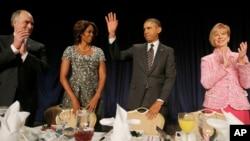 Prezident Barak Obama Ibodat nonushtasiga yig'ilganlar bilan ko'rishmoqda, Vashington, 6-fevral, 2014-yil.
