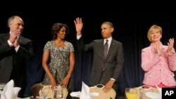 Presiden Obama dan Ibu Negara Michelle Obama dalam National Prayer Breakfast di Washington, Kamis, 6 Februari 2014.