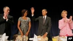 Presiden Obama dan Ibu Negara Michelle Obama dalam National Prayer Breakfast di Washington, Kamis, 6 Februari 2014.