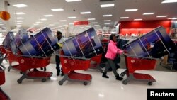 Un grupo de personas hacen fila para pagar sus televisores con descuentos, en la tienda Target, en Chicago, en Viernes Negro.