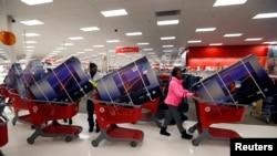 Compradores hacen fila en una tienda de Target en Chicago. 40 millones de ellos podrían tener sus datos de tarjeta de crédito comprometidos.