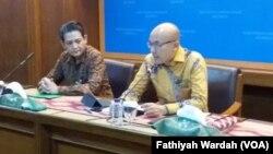 Juru bicara Kementrtian luar negeri Arrmanatha Nasir (berkaca mata) didampingi Direktur Eropa I, Dino R. Kusnadi, dalam jumpa pers di Kemenlu, Kamis (28/3) (foto: VOA/Fathiyah Wardah)